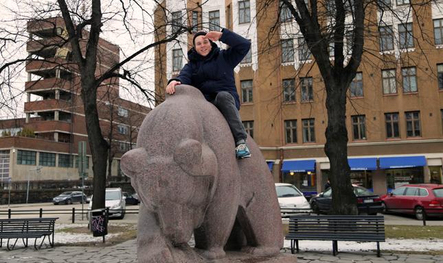 Vapaa-aikanaan Hätä-Miikka ratsastaa karhulla.