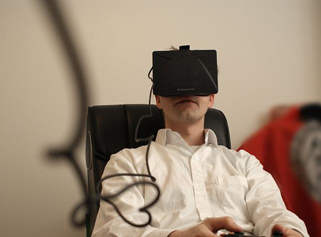 Jere testaa Oculus VR:n luomia virtuaalitodellisuuslaseja. Kuluttajille ne julkaistaan tänä tai ensi vuonna.