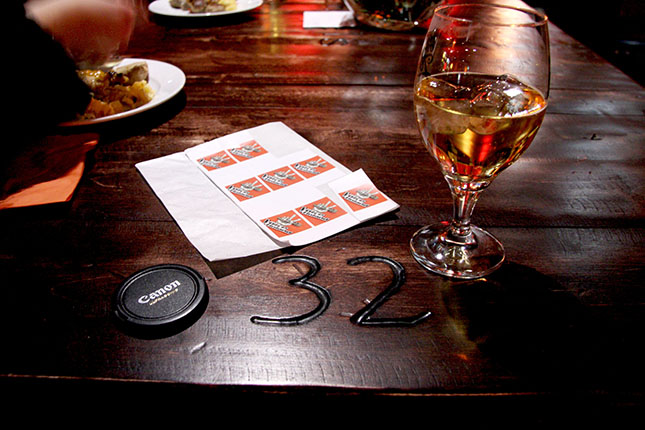 """Pöytä nro 32 on varattu """"TVOF-familylle"""". Voicen tarra rinnuksissa saa alennusta bissestä."""