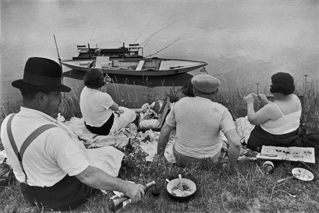 FRANCE. Sunday on the banks of the River Seine. 1938. © Henri Cartier-Bresson / Magnum Photos