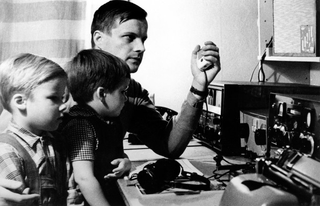 SRAL:n arkisto: Radioamatööriys kulkee helposti perheenjäseneltä toiselle. Kuvassa Osmo Wiio, OH2TK, vasemmalta Antti ja Juha (1961) .