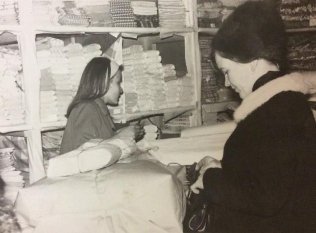 Anna-Leena Väliaho ja asiakas myymälässä 1960-luvulla.